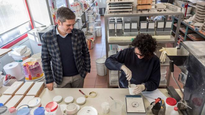 CEO Benno Pamer im Labor mit einer Mitarbeiterin.