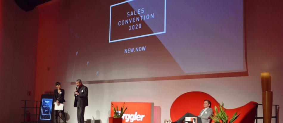 Sales Convention 2020 Torggler, Bühne mit Geschäftsführer Benno Pamer, Präsident Christian Johannes und Moderatorin.